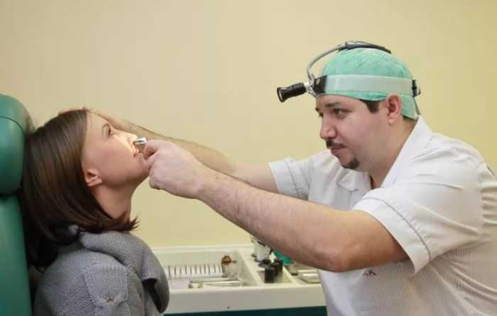 проверка врачом заложенности носа